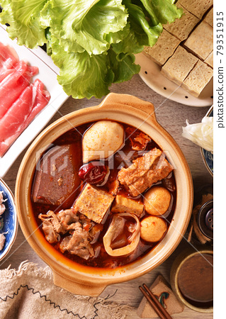 Personal spicy hot pot 79351915