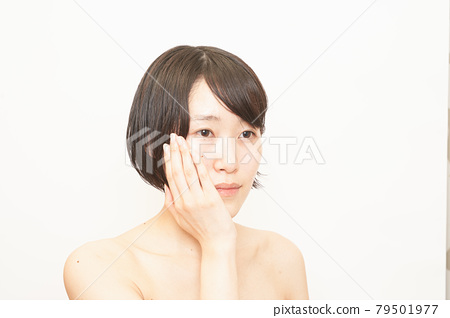 Image of a woman doing skin care 79501977