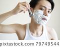 一個男人剃他的鬍子 79749544