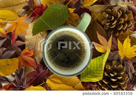 낙엽들과 커피 80583356