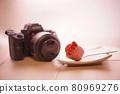 相機和粉紅玫瑰糖 80969276