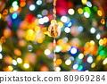 聖誕燈飾中的樹 80969284