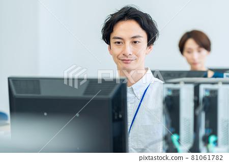 엔지니어 비즈니스 사업가 사무실 촬영 협조 : 중앙 공 학교 부속 일본어 학교 81061782