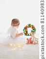 長著白色羽毛的小天使降落在聖誕節 81140983