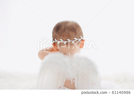 Crying white feather baby angel 81140986