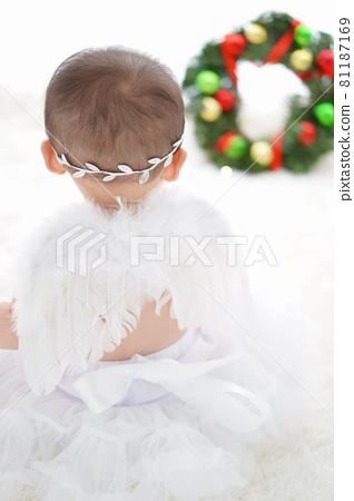 크리스마스리스를 바라 보는 하얀 깃털 아기 천사 81187169