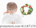 白羽小天使盯著聖誕花環 81187170