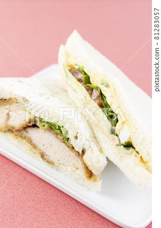 맛있는 치킨 커틀릿 샌드와 계란 야채 샌드 81283057