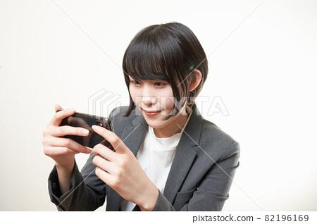 Woman suit smartphone 82196169