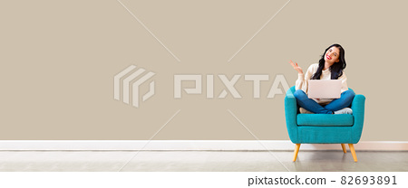 Young woman using her laptop 82693891
