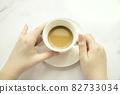 커피잔을 들고 있는 여자의 손 82733034