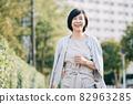 주택가를 산책 미들 여성 · 고급 미소의 일본인 여성 82963285