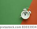 다채로운 색 배경과 알람시계 83033934