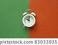 다채로운 색 배경과 알람시계 83033935