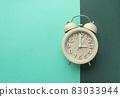 다채로운 색 배경과 알람시계 83033944