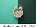 다채로운 색 배경과 알람시계 83033945