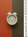 다채로운 색 배경과 알람시계 83034102