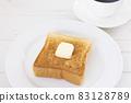 맛있는 두껍게 썬 식빵 버터 토스트와 커피 모닝 83128789