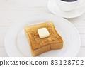 맛있는 두껍게 썬 식빵 버터 토스트와 커피 모닝 83128792