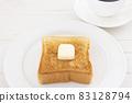 맛있는 두껍게 썬 식빵 버터 토스트와 커피 모닝 83128794