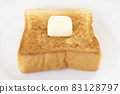 맛있는 버터를 얹은 두껍게 썬 식빵 토스트 83128797