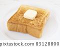 맛있는 버터를 얹은 두껍게 썬 식빵 토스트 83128800