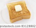 맛있는 버터를 얹은 두껍게 썬 식빵 토스트 83128802