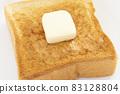 맛있는 버터를 얹은 두껍게 썬 식빵 토스트 83128804