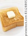 맛있는 버터를 얹은 두껍게 썬 식빵 토스트 83128805