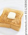 맛있는 버터를 얹은 두껍게 썬 식빵 토스트 83128806