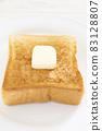 맛있는 버터를 얹은 두껍게 썬 식빵 토스트 83128807