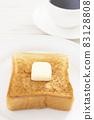 맛있는 두껍게 썬 식빵 버터 토스트와 커피 모닝 83128808