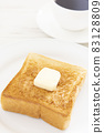 맛있는 두껍게 썬 식빵 버터 토스트와 커피 모닝 83128809