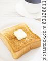 맛있는 두껍게 썬 식빵 버터 토스트와 커피 모닝 83128811