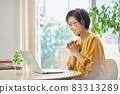 中間女人在客廳開在線會議 83313289